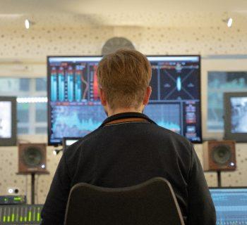 Sven Neumann an seinem DAW im Tonstudio.