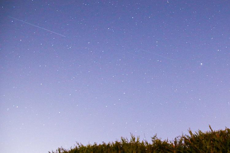 Satelliten des Projekts Starlink ziehen über den Sternenhimmel