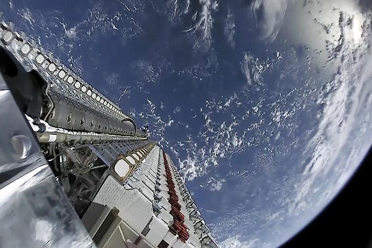 Starlink-Satelliten warten auf ihre Aussetzung im Weltraum