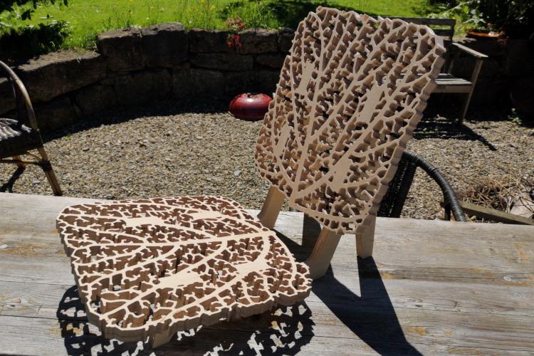Sitzfläche und Lehne eines Holzstuhls folgen einer rekursiven Baumstruktur