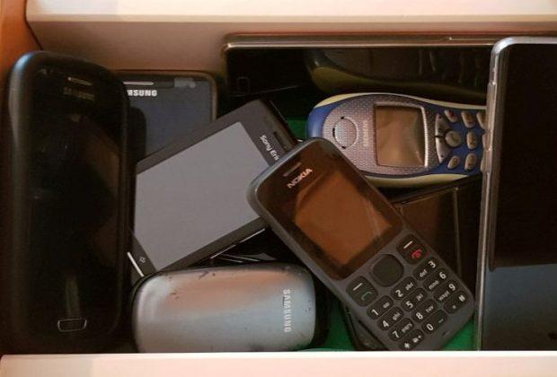 Ausgediente Handys und Smartphones landen meist in der nächstbesten Schublade