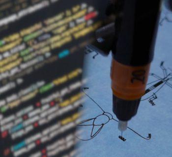 Links Programmcode, rechts ein Stiftplotter, der Käfer zeichnet