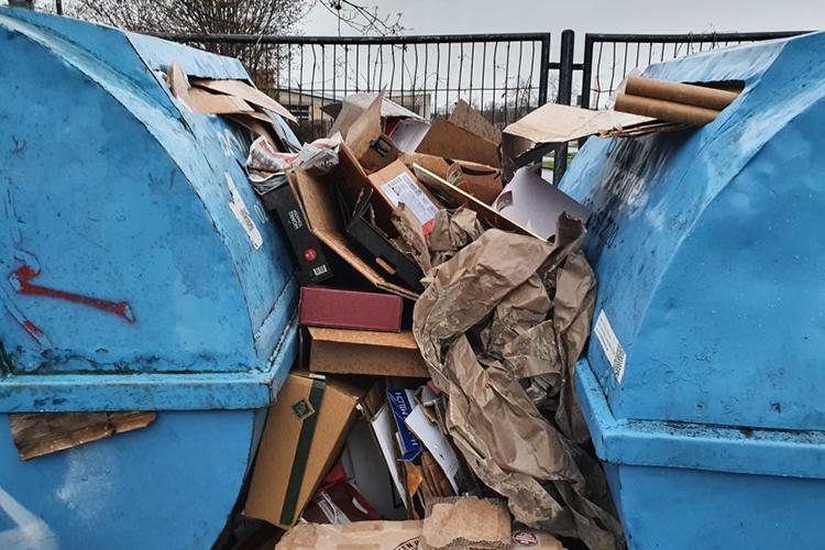 Müllcontainer in Bonn quellen mit Paketmüll über.