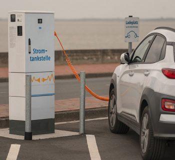 Ein Elektroauto an einer Ladesäule.