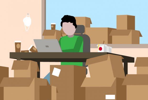 Mann sitzt in Büro umgeben von unzähligen Paketen und Kaffeebechern.