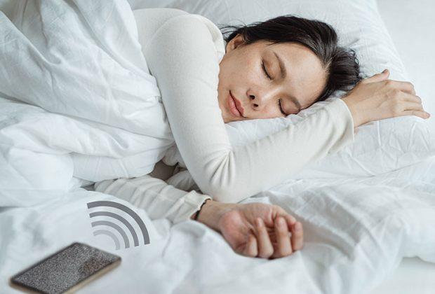 Das Hören von White Noise ermöglicht einer Frau erholsamen Schlaf