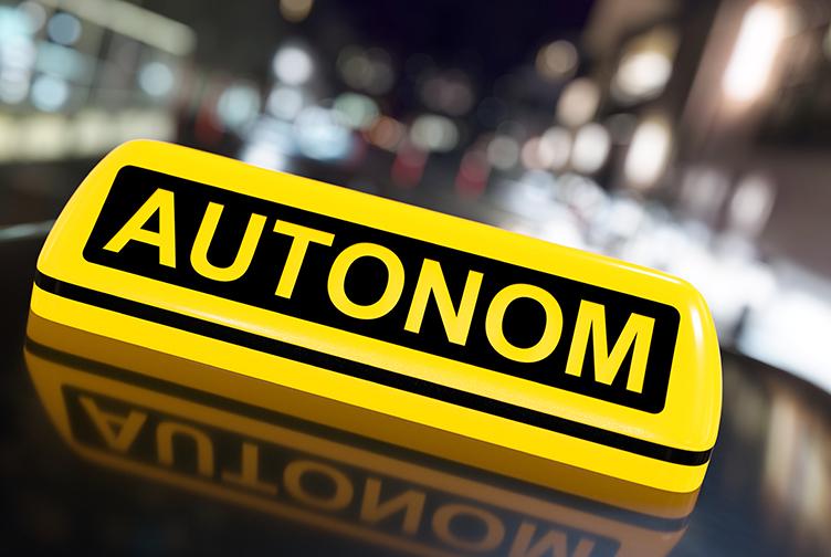 Gelbes Taxischild zeigt, dass das Fahrzeug autonom fährt