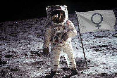 Ein Astronaut auf dem Mond neben einer Flagge mit dem Zeichen der Weiblichkeit