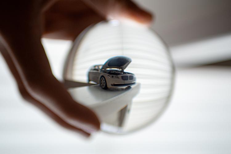 Auto in einer Glaskugel