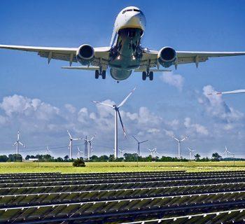 Flugzeug über Solar-, Windpark für CO2-neutrales Fliegen mit PtL-Kerosin