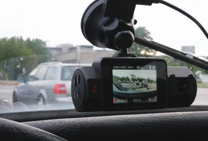 Dashcam in der Windschutzscheibe eines Autos