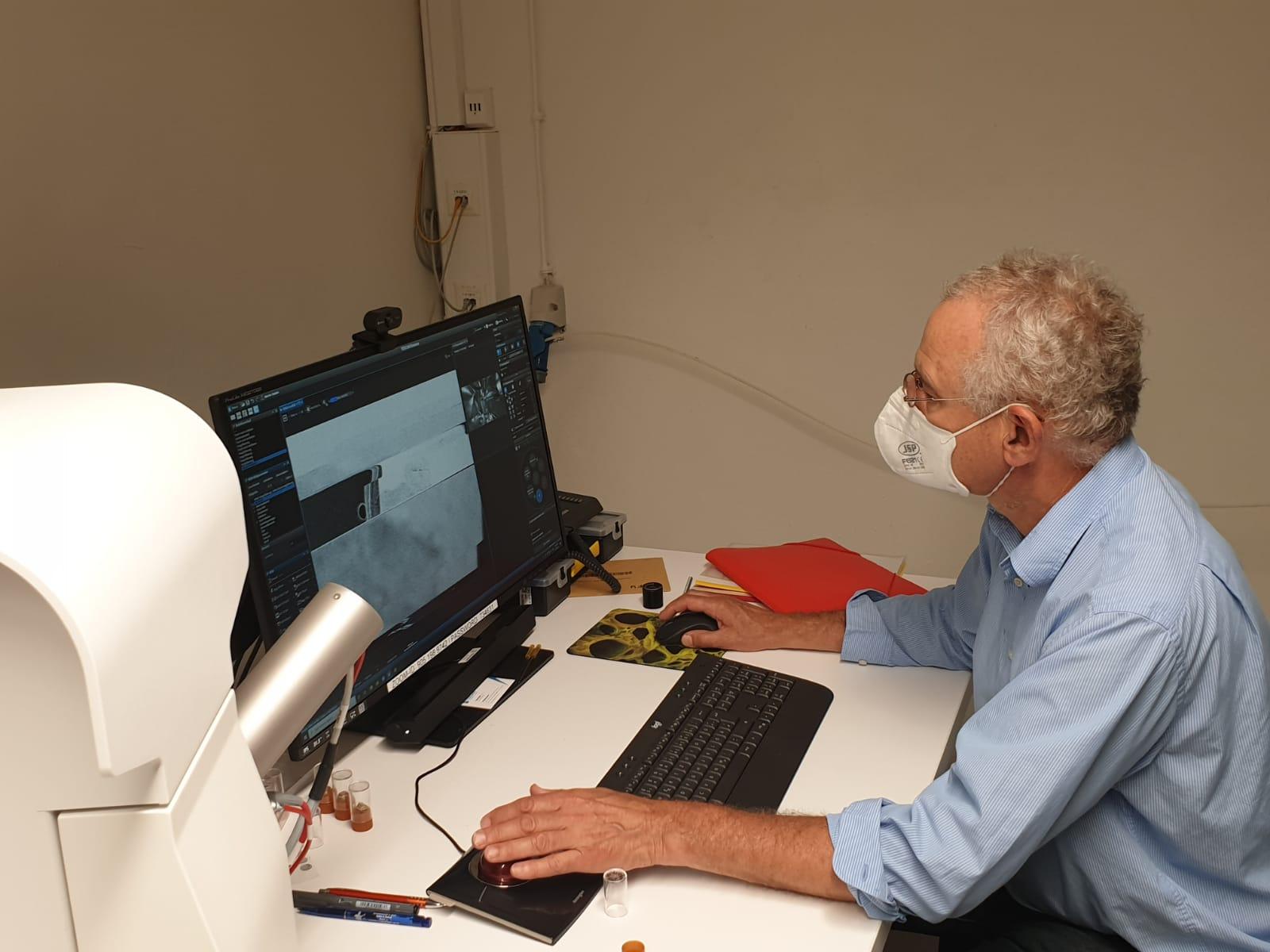 Professor Sander beim Untersuchen einer Probe
